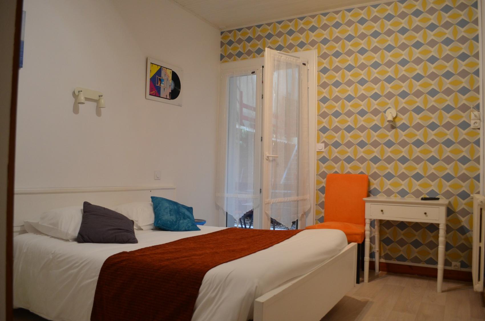 tarifs chambres d 39 h tel en centre ville de la rochelle h tel de paris. Black Bedroom Furniture Sets. Home Design Ideas